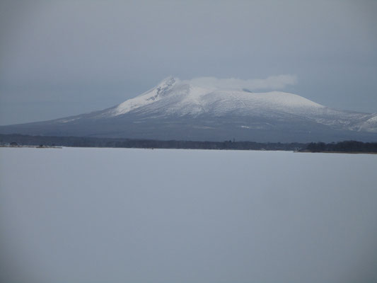 北海道に入った初日の昼ごろ、函館方面から北上している途中で見えた駒ケ岳 5日間の滞在中、山をきれいに見たのはこの瞬間だけでした