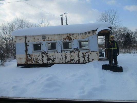 錆びついた駅舎だが、その除雪作業をしているJRの人 たとえ乗降客が一人も居なくても、特急列車通過時の安全の為にかならず除雪がなされている