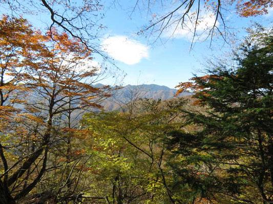 帰路の分岐から見た大菩薩嶺方面の山並み