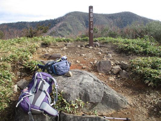 向こう側には縦走路が続く飯縄山 質量の大きさで圧倒されます