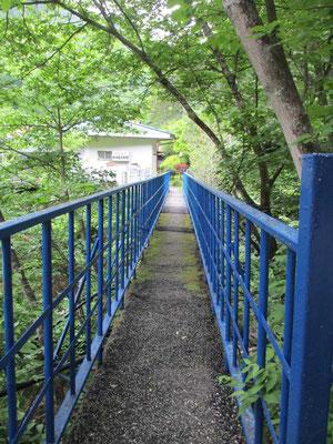 けっこう細い橋でしっかり出来てはいるのですが、大勢で渡るとちょっとこわい??