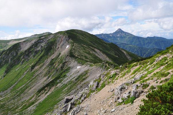 これから辿る稜線の道 遠くには笠ヶ岳が見える