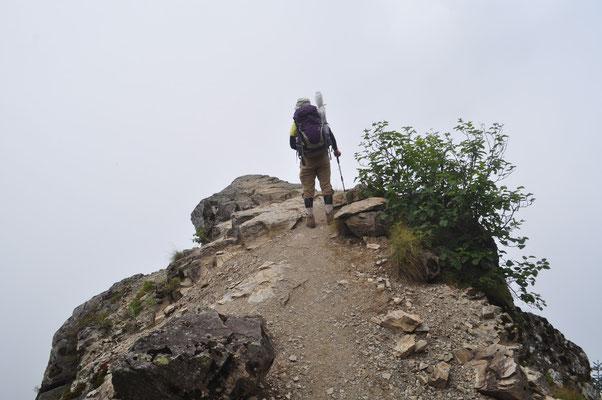 本谷山の手前には「のぞき岩」というのがありますが、ガスで真っ白 晴れていたら凄い高度感のある場所のはずです