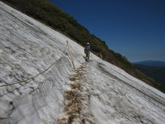 その先につづく残雪のトラバース 下までずっと雪が続いているので渡るのにちょっと緊張する