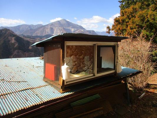 ワンコの家の脇には無人販売の屋根上小屋が作られている