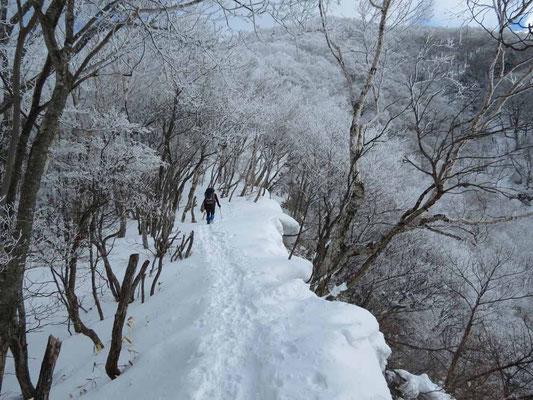 右側が切れ落ちているルート 雪庇が張り出しています