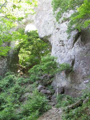 下山近くにあった立派な第一石門 石門めぐりのコースはこの第一石門から入り鎖場を越えてぐるり回るそうです