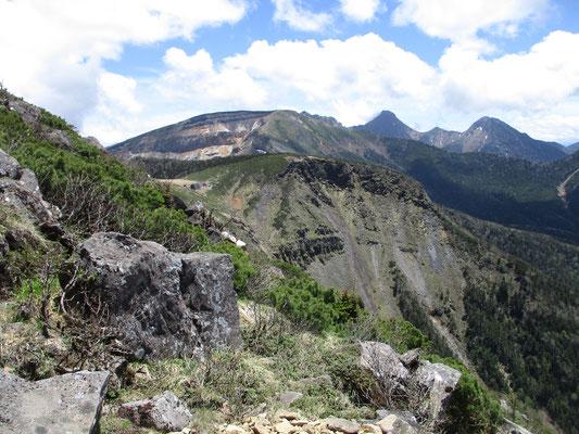 登りながら見る南方面 もの凄い爆裂口、ダイナミックです 遠くのトンガリは左・最高峰の赤岳、右が阿弥陀岳です