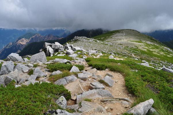 着いた山頂も大きな岩がガシャガシャした所で、その先には摩訶不思議な光景が!