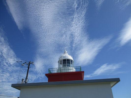 青い空に映える湯沸岬(とうぶつみさき)灯台