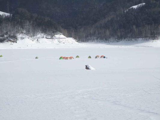 糠平湖ではワカサギ釣りも冬期の愉しみの一つ