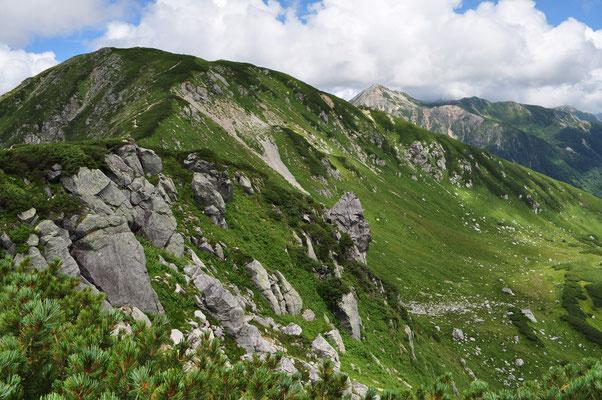 振り返って見れば、奇岩が並んで崖をつくっている 昨日見上げた所を間近から見ている