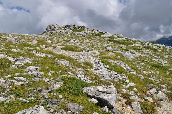 双六岳を下り始めて振り返ると、もろ岩ゴロゴロの塊の山!