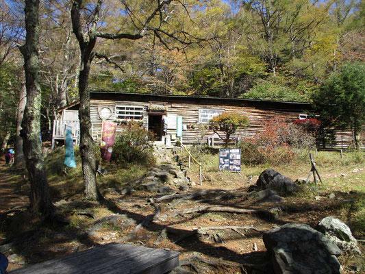 途中にある富士見平小屋 大昔素泊まりしたことがありますが、今では食事提供もあるようです
