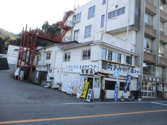 「長浜」バス停近くのお店 こうした古い佇まいのものに引かれます