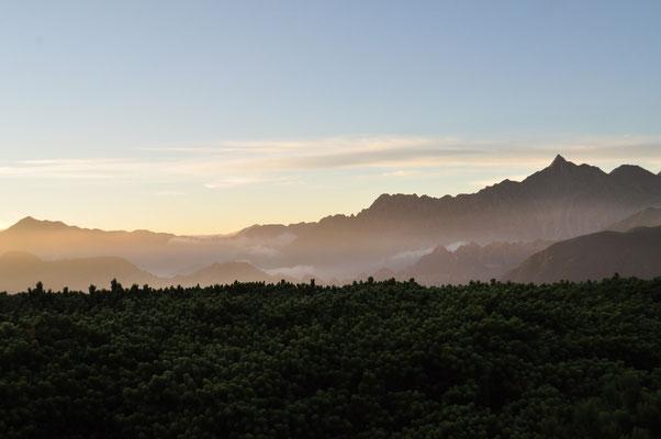 朝の遮光に透ける槍ヶ岳方面  この後またすぐ雲がかかってしまい、もうずっと稜線部は見えずじまい