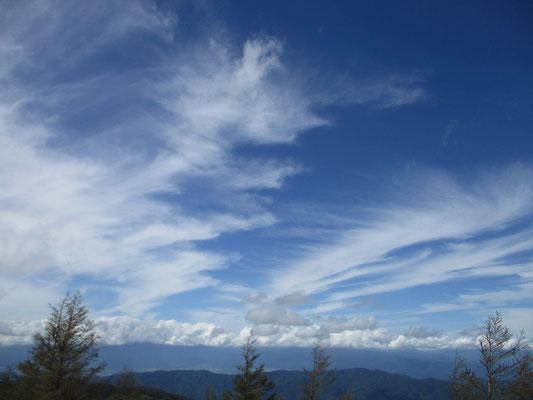 秋の空が広がる入笠山山頂