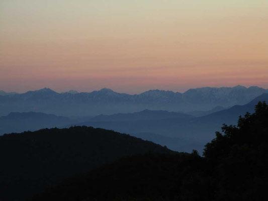 今回もお世話になった「西発哺温泉ホテル」の部屋から見える夕暮れシルエットの後立山連峰