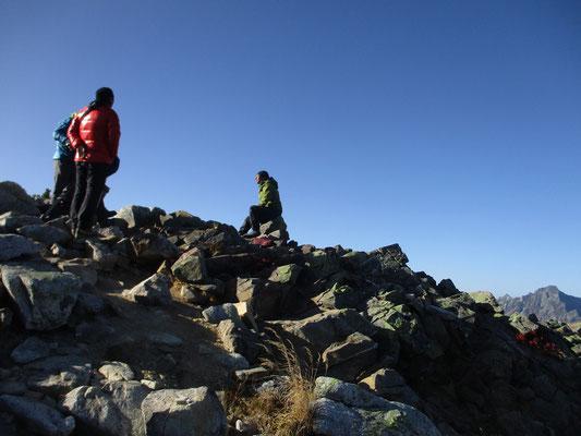 山頂での写真家・渡辺幸雄さんのインタビュー場面