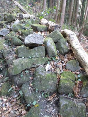 車力道の脇に積み捨てられた?石たち 轍跡が残っています