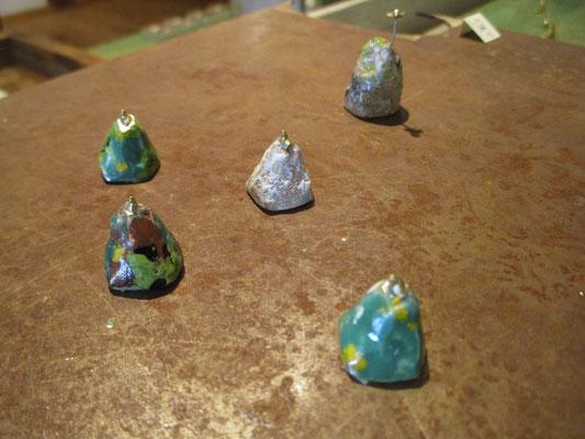 彫金で造ったものに七宝で色付けした小指の先ほどの小さい山と雷鳥