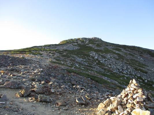 山頂までは乗越からコースタイムで一時間 まだもうひと頑張り