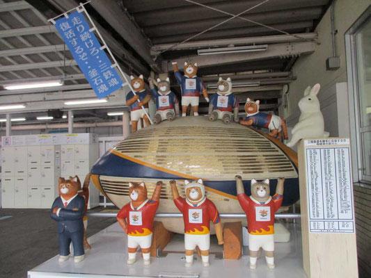 終着の釜石駅到着 さすがラグビーの町 駅にもこんなモニュメントが