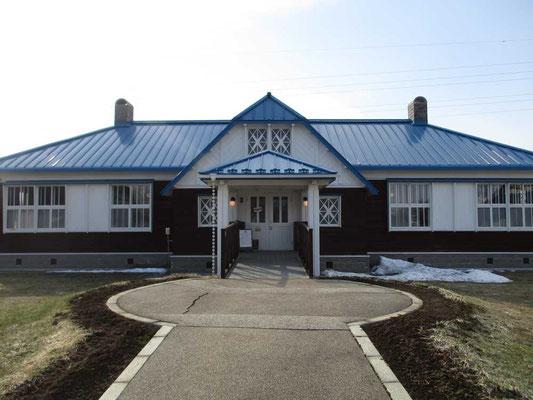 そのビーンズハウスの外観です おしゃれな青い屋根