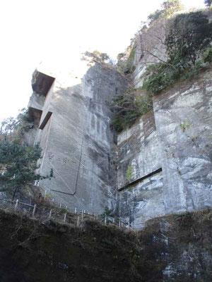 ここは昭和も石材搬出されていた石切り場 垂直の壁に囲まれた場所は手を叩くと反響する音響効果で実際にコンサートも行われているそうです