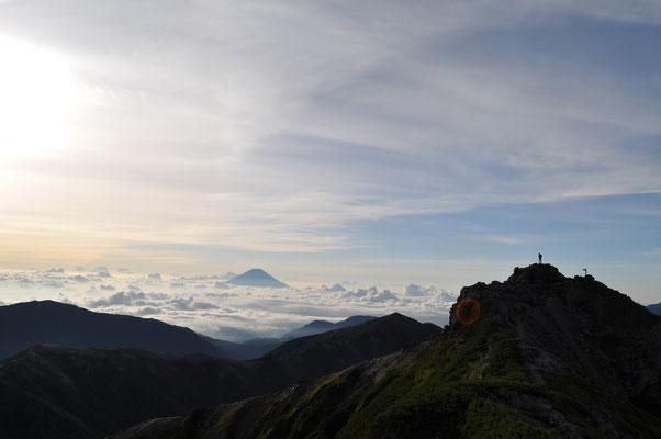 黒のシルエットは塩見岳の東峰