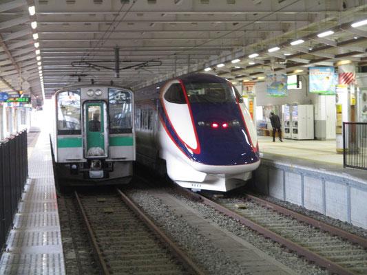 新庄駅では乗ってきた普通車両と新幹線の車両が隣同士で並びます