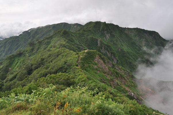 早朝の縦走路 三国小屋から 福島側はガレた厳しいアップダウンが続く