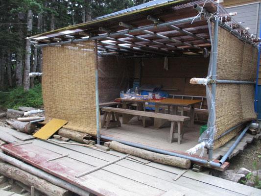 これが三伏峠小屋の自炊室(室?) 翌朝はけっこう雨の影響が・・・