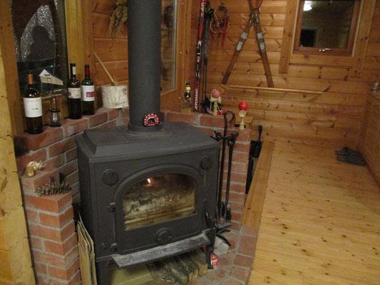 二階建ての木造の宿 この大きな薪ストーブで全館が暖まるそうです たいした薪パワーです!
