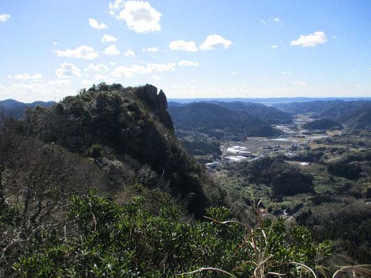 伊予ヶ岳も南、北に山頂がある双耳峰です 南側から見た切り立った岩の北峰