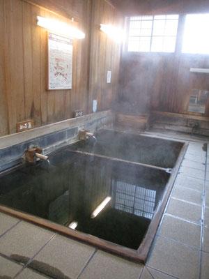どなたも居ないので撮らせてもらった大湯のなか あつ湯とぬる湯とありますが、両方共入ることが厳しいほどの熱さ! 水をどんどん出してどうにか入ることができましたが、やっぱり熱すぎ!