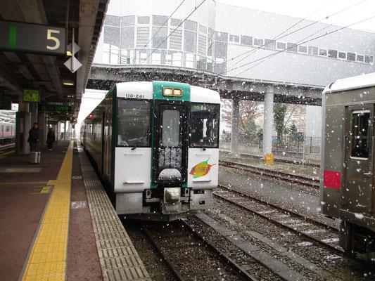 新庄駅に到着すると雪が激しく舞っています これから陸羽東線 通称「湯けむりライン」に乗り換え新幹線駅と接続する古川に向かいます