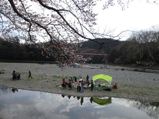 ちょっと肌寒い日でしたが、河原ではもうキャンプを楽しむグループも