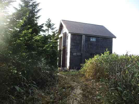 山頂からしばらく下っていくと小さな池の前に佇む田代平山荘に着きます