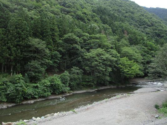 道の駅のテラスからは清流の神流川が見下ろせます この清流をお目当てに多くの釣り師たちがやってくるようです