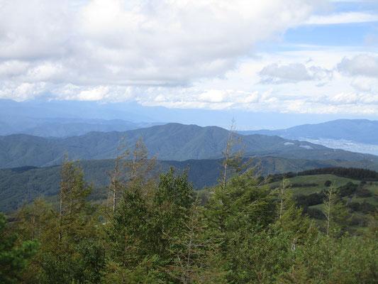 近くに見える守屋山 その後ろの雲の連なりのなかには北アルプスがあるはず