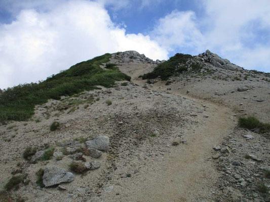 飯豊山本峰への登りは砂礫地のガラガラ