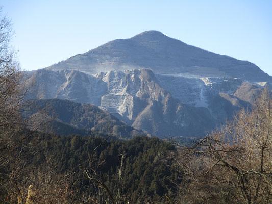 望遠で見た武甲山 強風で採掘の砂煙がもうもうと激しく舞っています