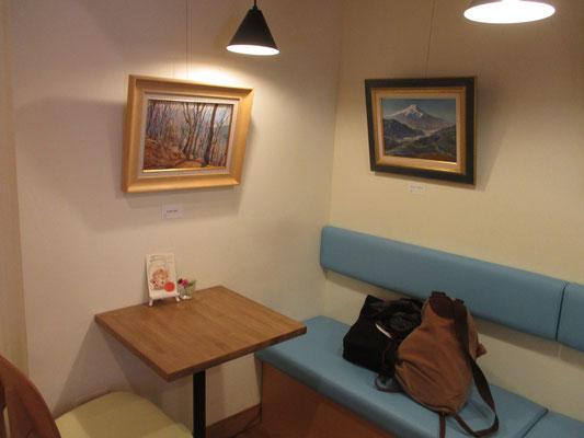 店内3 油絵が落ち着いた雰囲気で展示されています
