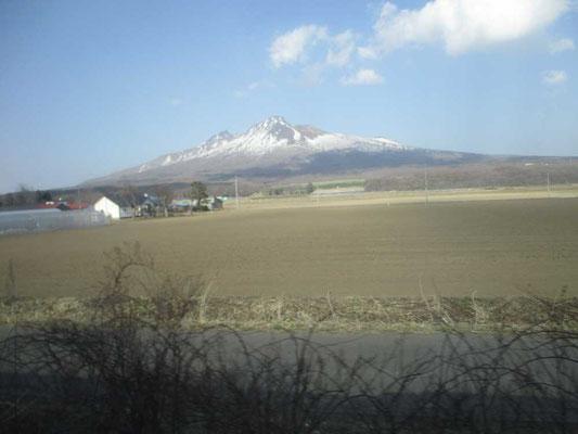 描き終えて大沼公園に向かう車窓から 見る角度でどんどん駒ケ岳が様相を変えていきます