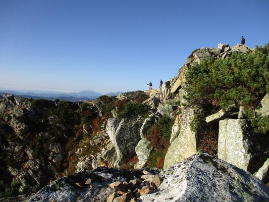 山頂着 上も大きな岩の堆積で広い平らな場所はほとんどない