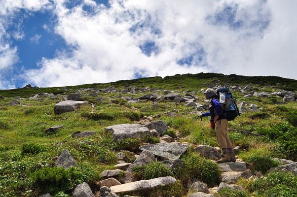 双六岳へはゴロンゴロンの岩の斜面を登っていく