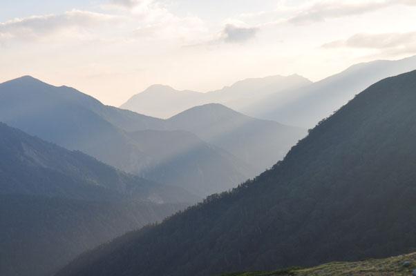 朝の遮光のなか、重畳たる山々