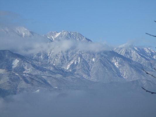 この日はこの時しか遠方の山を望むことは出来なかった 鳳凰三山の地蔵岳のオベリスクも見える