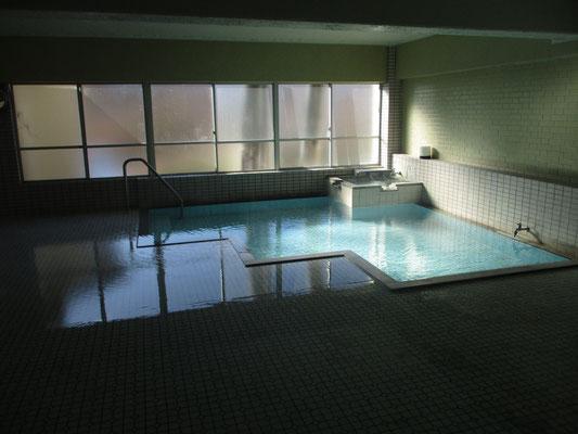 立ち寄った「木戸池温泉ホテル」の温泉 かけ流し天然温泉のうたい文句通り、熱すぎるお湯を水で調整した物凄い湯量がゴンゴンと流れ溢れまくっていました